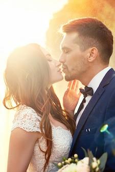 Schöne paare in der liebe, die in der nahaufnahme küsst