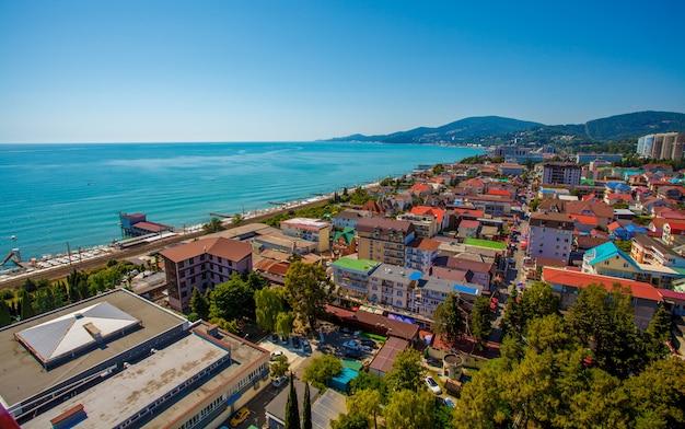 Schöne panorama-herbstlandschaft in der kurstadt sotschi an der schwarzmeerküste.