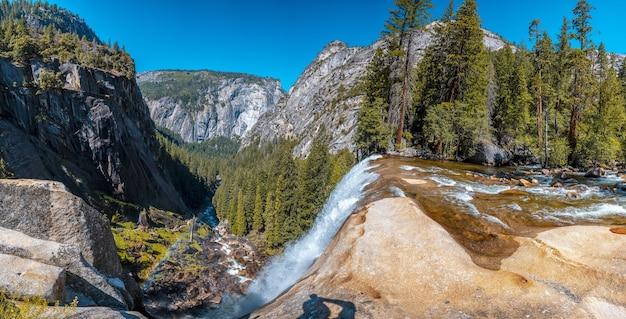 Schöne panoramaaufnahme des wasserfalls vernal falls des yosemite-nationalparks in den usa