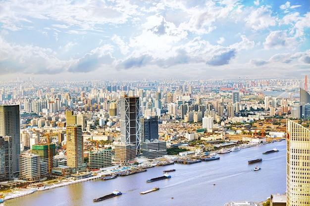Schöne panoramasicht auf wolkenkratzer, ufergegend, stadtgebäude von shanghai, china.