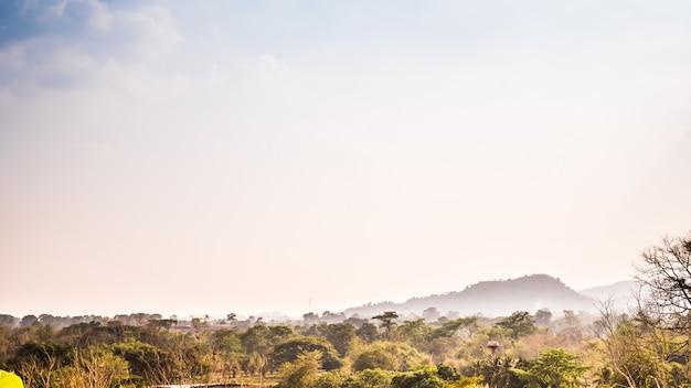 Schöne panoramische frühlingssommerlandschaft des khuntan gebirgstales mit blühender wiese