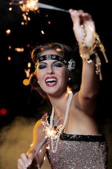 Schöne partyfrau mit dunklem hintergrund