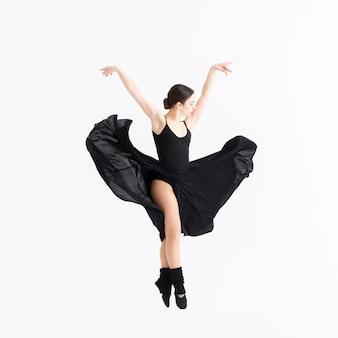Schöne professionelle frau, die mit anmut tanzt