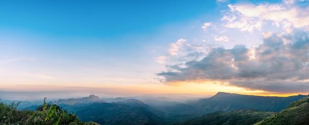 Schöne reihe von bergen und hügeln am abend