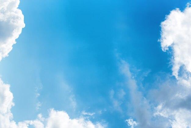 Schöne reinweiße wolken am strahlend blauen himmel