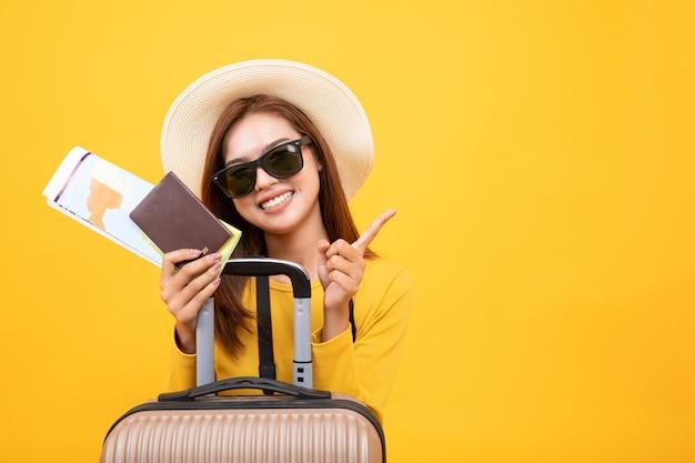 Schöne reisende asiatische frau mit reiseausrüstung