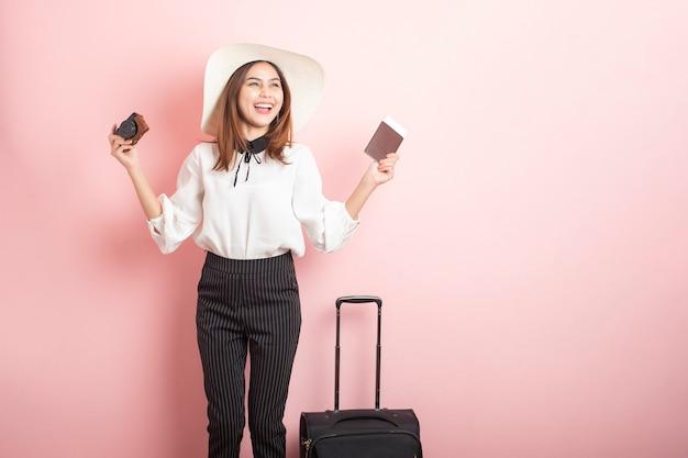 Schöne reisende frau ist in pink aufregend