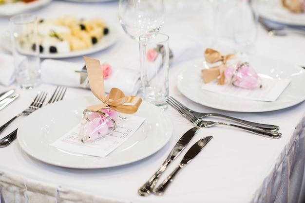 Schöne restauranteinstellung auf tisch für hochzeitsfeier