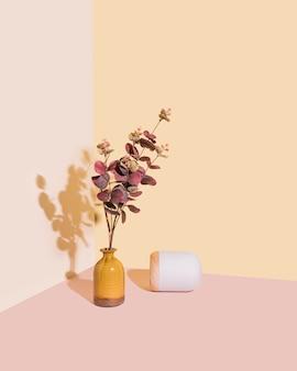 Schöne retro orange vase und weiße steinlampe. zeitlose ästhetik, wohnkulturstil.
