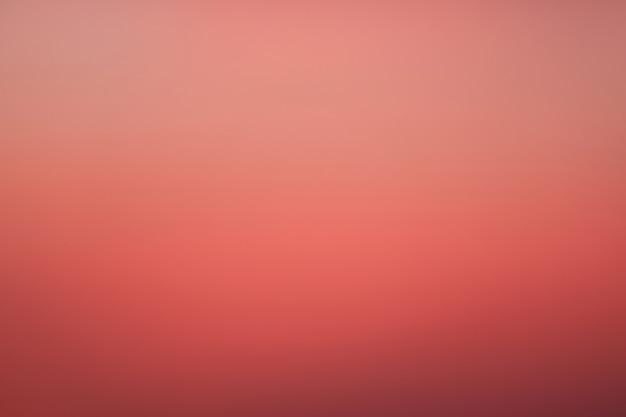 Schöne rosa farbabstufung des himmels vor sonnenaufgang, thailand