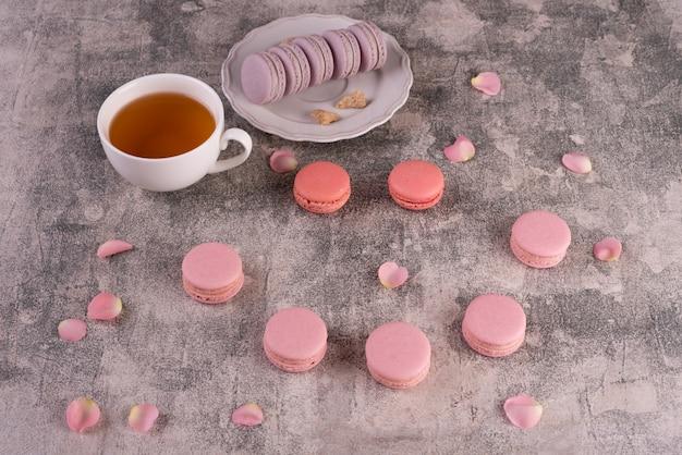 Schöne rosa geschmackvolle makronen auf einem konkreten hintergrund