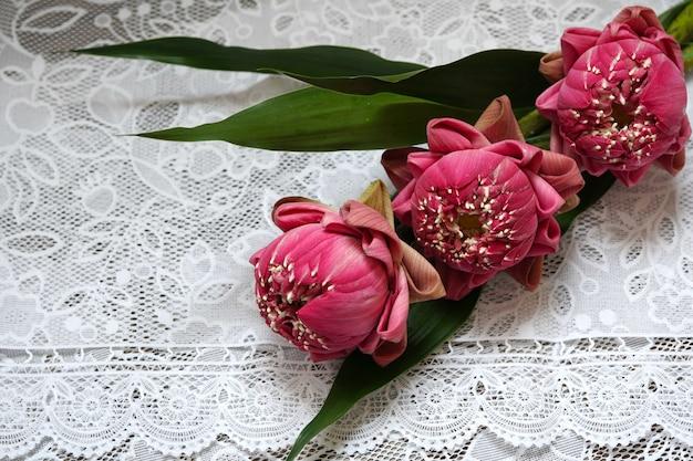 Schöne rosa lotusblume zum beten von buddha auf dem tisch