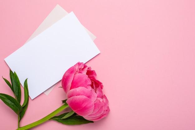 Schöne rosa pfingstrosenblume und notizbuch