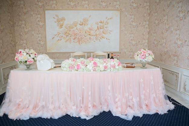 Schöne rosa und weiße blumen auf dem tisch am hochzeitstag