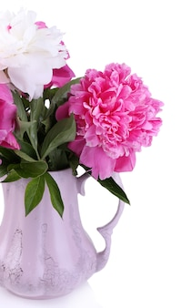 Schöne rosa und weiße pfingstrosen in der vase, auf weiß