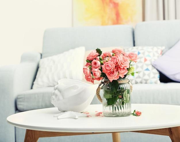 Schöne rose in vase auf tisch im zimmer
