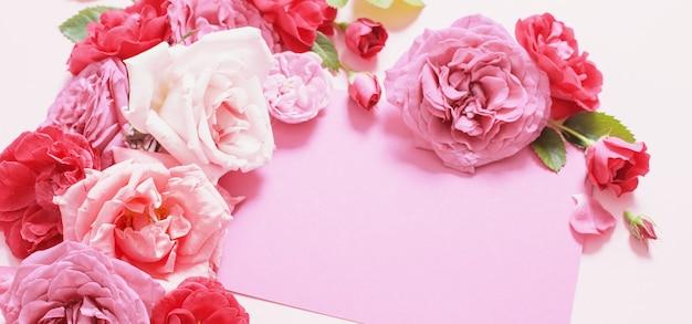 Schöne rosen auf rosa papierhintergrund