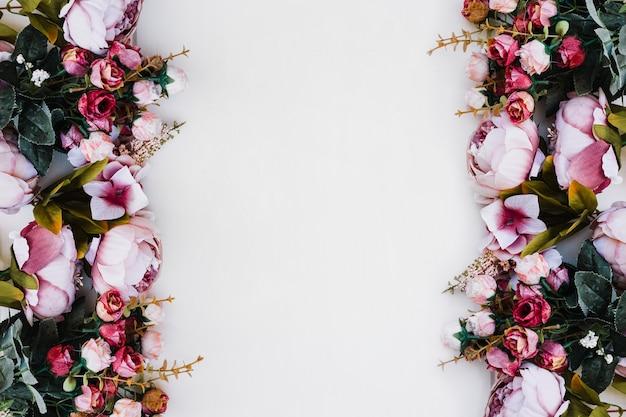 Schöne rosen auf weißem untergrund mit platz in der mitte