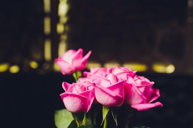 Schöne rosen-blumenstrauß-blumen auf schwarzem