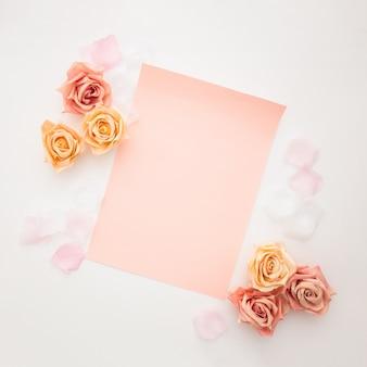 Schöne rosen mit leerem papier zum valentinstag