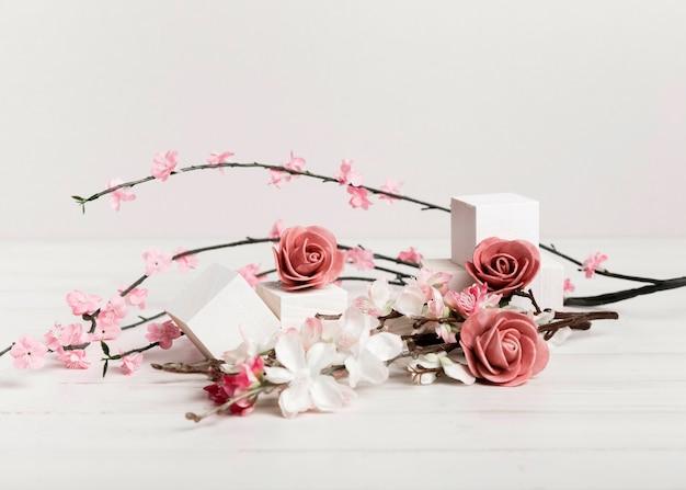 Schöne rosen und blumen mit weißen würfeln
