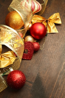 Schöne rot- und goldweihnachtsdekoration auf holz