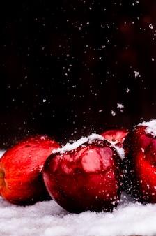 Schöne rote äpfel im hintergrund
