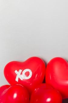 Schöne rote ballone für valentinstag