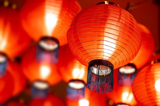 Schöne rote chinesische papierlampe neujahrsfest straßendekoration.