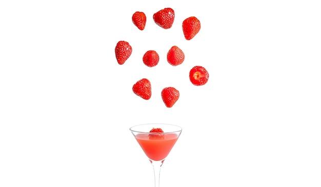 Schöne rote erdbeeren schweben über glas mit rotem getränk isoliert auf weißem hintergrund. fotografie von getränken für ein menü mit besonderer präsentation.