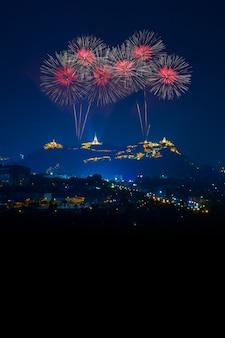 Schöne rote feuerwerke nachts mit tempel auf bergblick