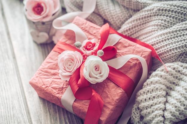 Schöne rote geschenkbox auf hölzernem hintergrund