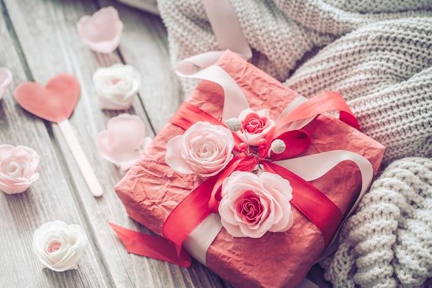 Schöne rote geschenkbox auf holzwand