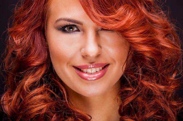 Schöne rote haarfrau