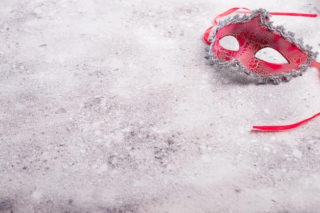 Schöne rote karnevalsmaske für karnevalsfeiertagshintergrund