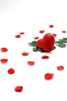 Schöne rote rose mit herzen auf einem weiß