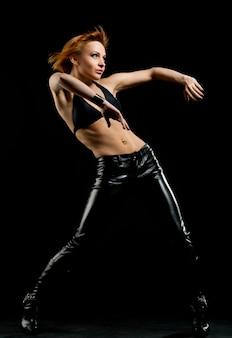 Schöne rote tänzerin auf schwarz
