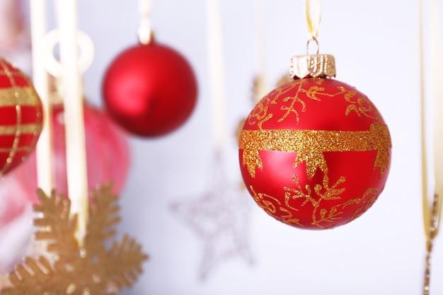 Schöne rote weihnachtsdekorationen hängen