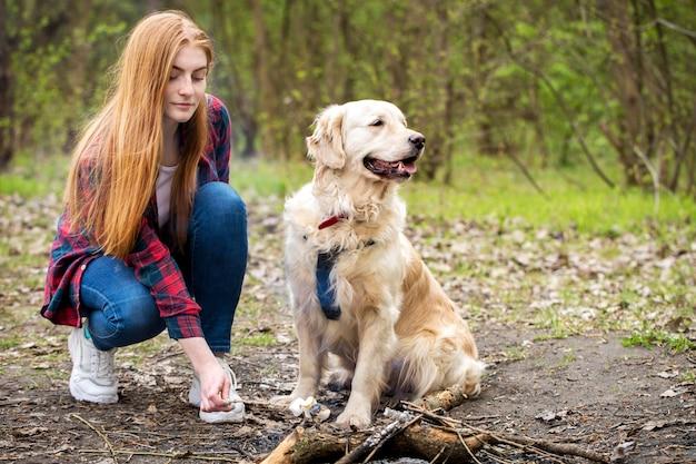 Schöne rothaarige frau mit einem hund