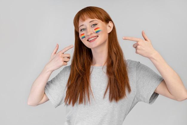 Schöne rothaarige frau mit regenbogensymbol