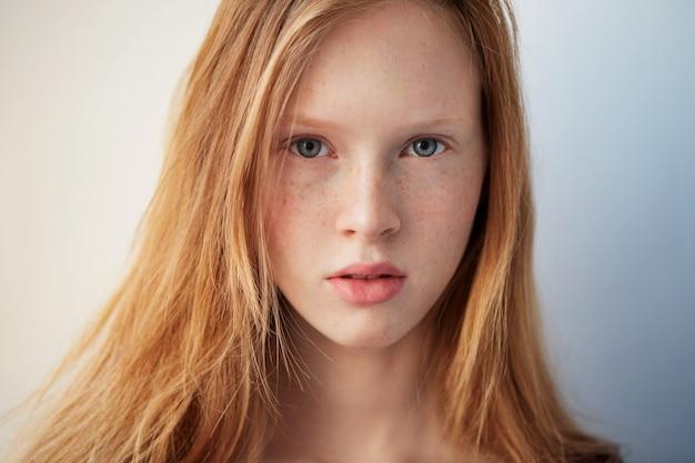 Schöne rothaarige sommersprossenfrauengesicht-nahaufnahmeporträt des jungen augenmädchens mit gesunder haut