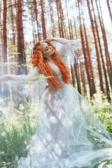 Schöne rothaarigefrauen-waldnymphe im holz
