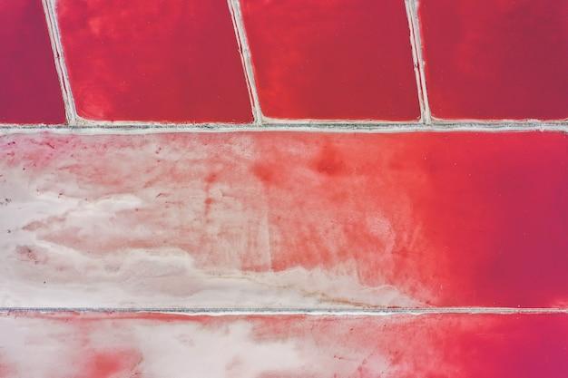 Schöne salzseelandschaft, rosa wasserfarbe. luftaufnahme