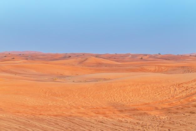 Schöne sanddünen in der wüste.