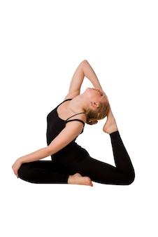 Schöne schlanke frau, die yoga macht. auf weiß isoliert.