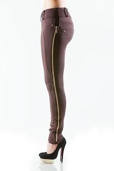 Schöne schlanke weibliche beine in beige high heel