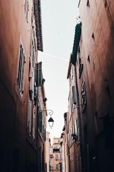 Schöne schmale gasse in einer alten vorstadt