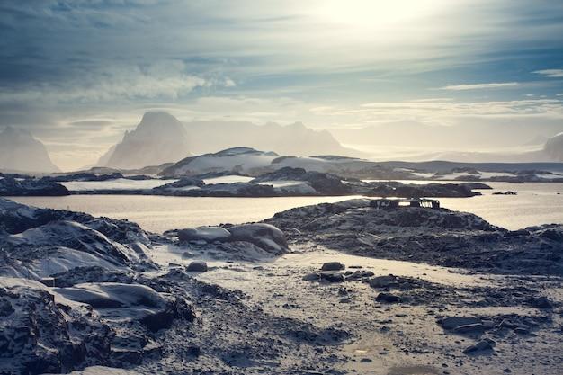 Schöne schneebedeckte berge gegen den blauen himmel in der antarktis