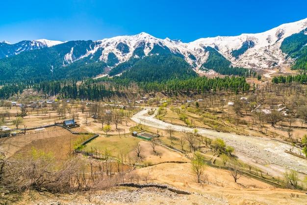 Schöne schneebedeckte berge landschaft kaschmir staat, indien.