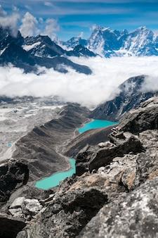 Schöne schneebedeckte berge mit see